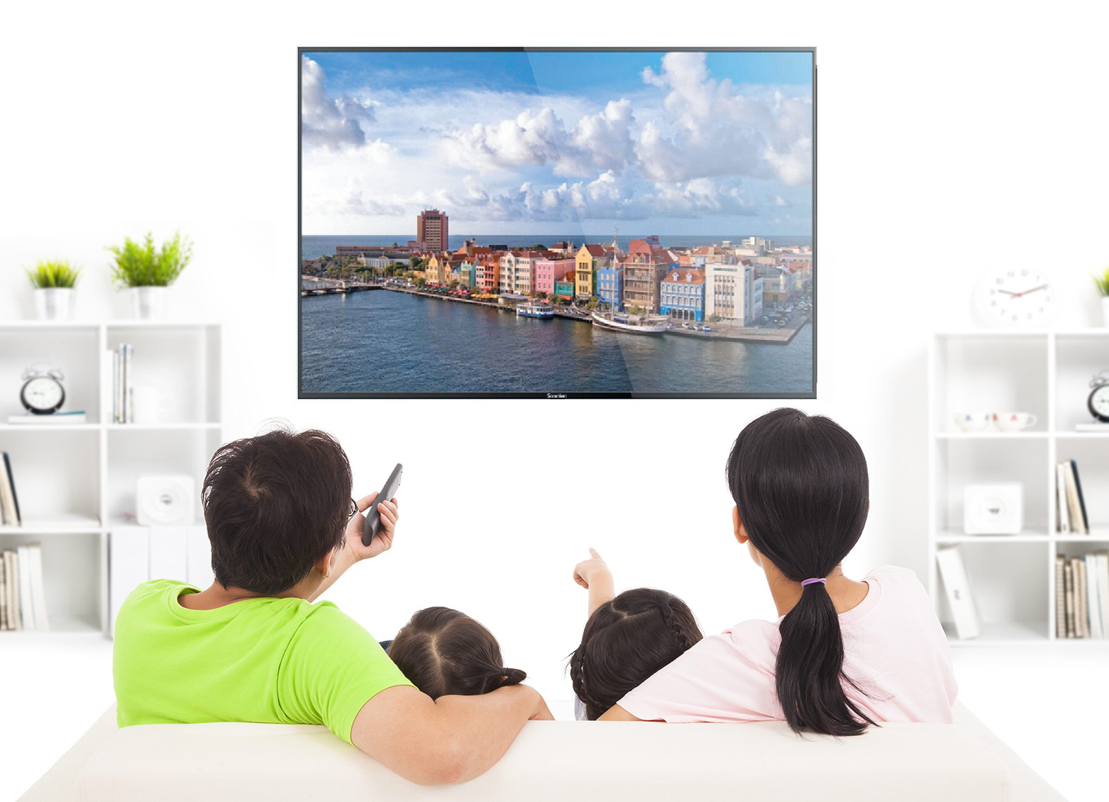 family-watching-technos
